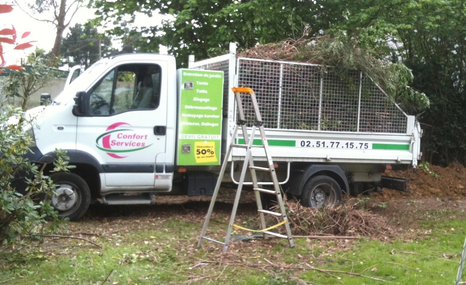 véhicule de Confort services qui enleve des déchets verts