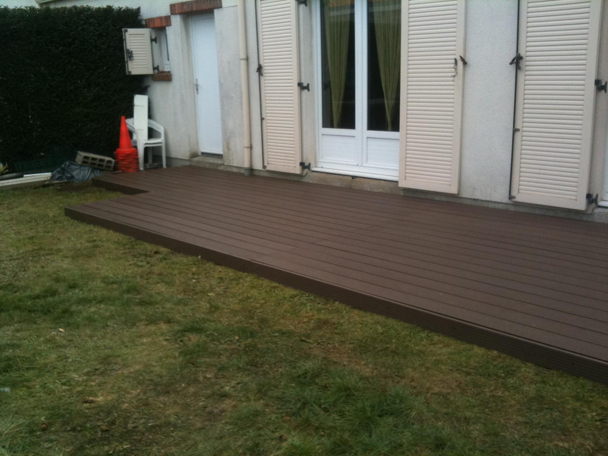 Chantier de la terrasse en bois composite terminé.