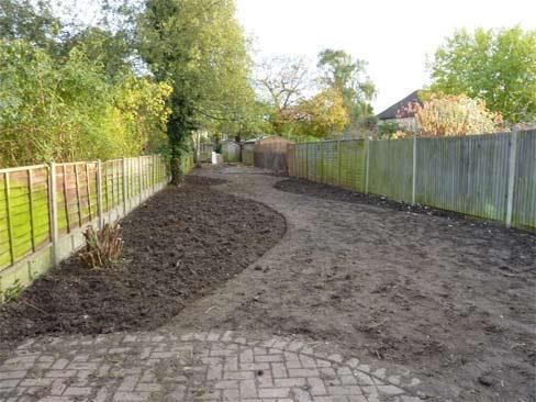 creation jardin : délimitation et nivellage de terre
