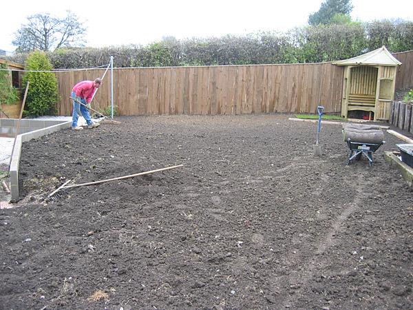 création pelouse rouleau de pelouse : nivellage du terrain